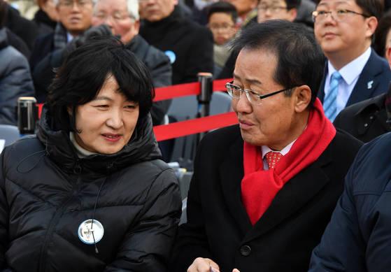 사진은 2018년 3월 1일 서울 서대문 형무소 역사관에서 열린 제99주년 3·1절 기념식에서 더불어민주당 추미애 전 대표(왼쪽)와 자유한국당 홍준표 전 대표가 이야기를 나누고 있는 모습. [청와대사진기자단]