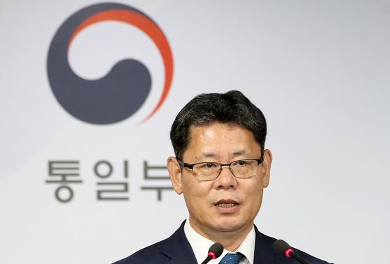김연철 통일부장관이 지난 6월 19일 오후 서울 종로구 정부서울청사 브리핑룸에서 쌀 대북지원 계획을 발표하고 있다. [뉴스1]