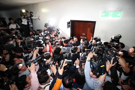 지난 4월 29일 국회 사법개혁특별위원회가 자유한국당의 회의장 입구 봉쇄로 회의실을 문화체육관광위원회 회의실로 변경하자, 자유한국당 의원들이 회의장 입구에 모여 문을 열어달라며 항의하고 있다. 김경록 기자