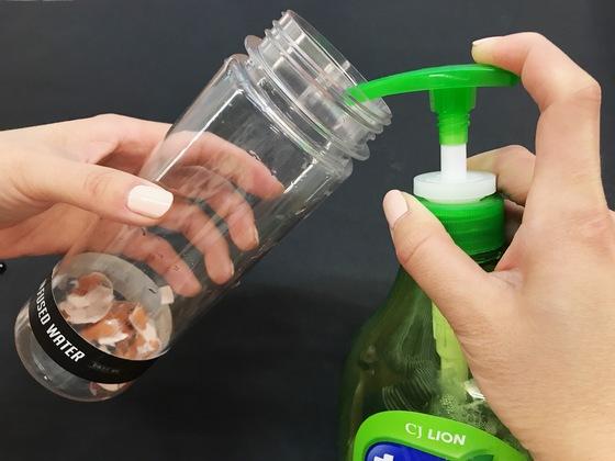 텀블러 안에 붙은 물때를 제거할 때는 달걀 껍데기와 주방세제 소량을 넣고 미지근한 물을 절반 정도 채운 뒤 뚜껑을 닫아 흔들어주면 된다. 윤경희 기자