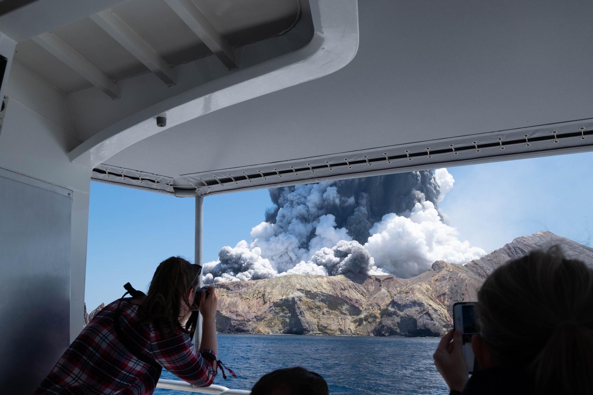 뉴질랜드 북섬 앞 화이트 아일랜드에 있는 와카아리 화산이 9일(현지시간) 폭발해 분화구 인근에 있던 관광객들이 실종되거나 부상을 입은 것으로 추정되고 있다. [사진 트위터]