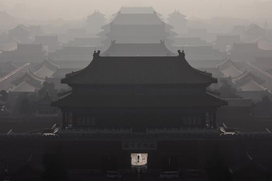 지난 9일 중국 베이징의 자금성이 짙은 스모그로 뒤덮여 있다. [EPA=연합뉴스]