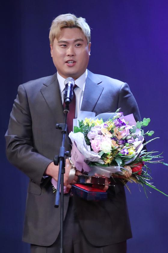 류현진이 11일 서울 광화문 포시즌스호텔에서 열린 'CMS와 함께하는 동아스포츠대상' 시상식에서 특별상을 수상한 뒤 소감을 말하고 있다. [연합뉴스]