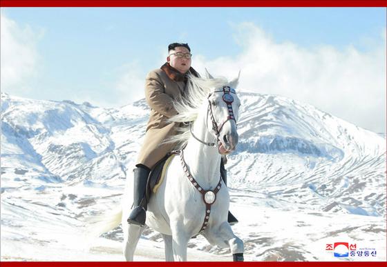 김정은 북한 국무위원장이 백마를 타고 백두산에 올랐다고 조선중앙통신이 16일 보도했다.[연합뉴스]