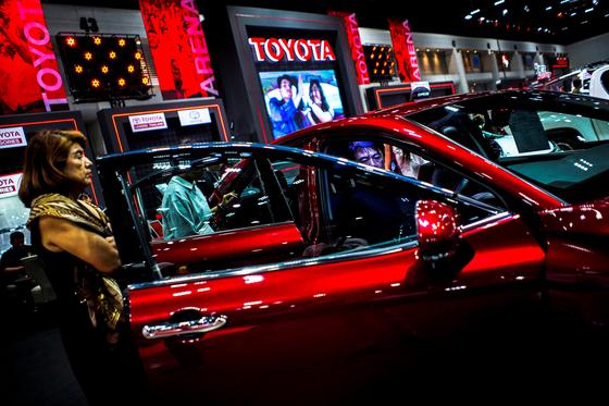 지난 4월 태국 방콕에서 열린 '방콕 오토살롱'에서 관람객이 일본 도요타의 캠리 승용차를 살펴보고 있다. [로이터=연합뉴스]