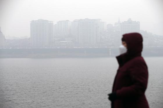 11일 오전 서울 서초구 잠원 한강공원에서 바라본 한남동 일대가 먼지로 뿌옇게 뒤덮여있다. [연합뉴스]