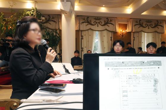 우리들병원 이상호 원장의 전처와 회사를 함께 설립했던 신혜선씨가 11일 오전 서울 강남구 루카빌딩에서 기자회견을 열고 자신의 사건에 대해 설명하고 있다. [연합뉴스]