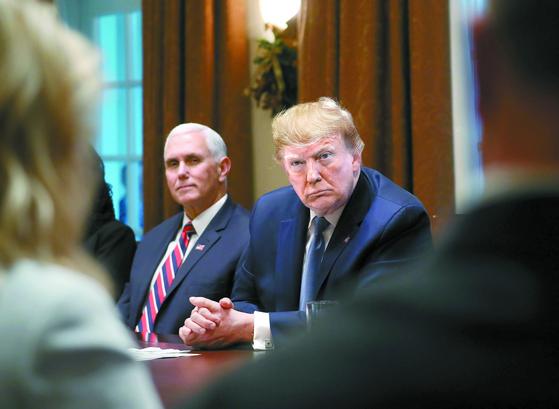 """도널드 트럼프 미국 대통령(오른쪽)이 9일(현지시간) 백악관에서 각료회의에 참석하고 있다. 전날 트럼프 대통령은 트윗을 통해 '김정은은 적대 행동하면 모든 것을 잃게 될 것""""이라고 말했고, 이에 김영철 조선아시아태평양평화위원회 위원장은 '우리는 잃을 게 없다""""고 받아쳤다. [AFP=연합뉴스]"""