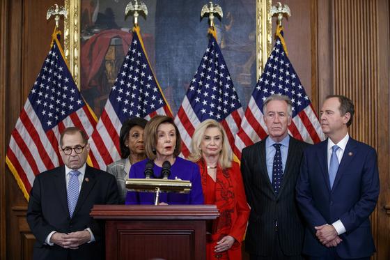 낸시 펠로시 미국 하원의장(민주당)이 10일 기자회견에서 제리 내들러 법사위원장(왼쪽)과 애덤 시프 정보위원장(가장 오른쪽)과 함께 도널드 트럼프 대통령을 권력 남용과 의회 방해 혐의로 탄핵한다는 탄핵안 내용을 공개했다.[EPA=연합뉴스]