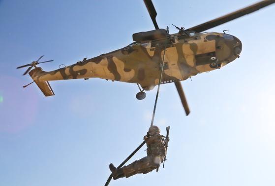 지난 4월 4일 육군 50사단 대침투·대테러 종합훈련에서 수리온 헬기를 이용해 작전지역에 도착한 기동대원들이 패스트로프로 하강하고 있다. [뉴스1]