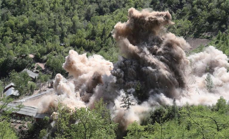 북한은 2018년 5월 24일 함경북도 길주군 풍계리 핵실험장을 폐쇄하기 위해 폭파작업을 단행했다. [사진공동취재단]