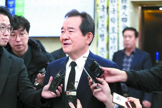 정세균 전 국회의장이 11일 아주대병원에서 김우중 전 대우그룹 회장의 조문을 마치고 나오고 있다. 청와대는 차기 총리로 정 전 의장을 지명하는 방안을 검토 중인 것으로 알려졌다. [뉴스1]