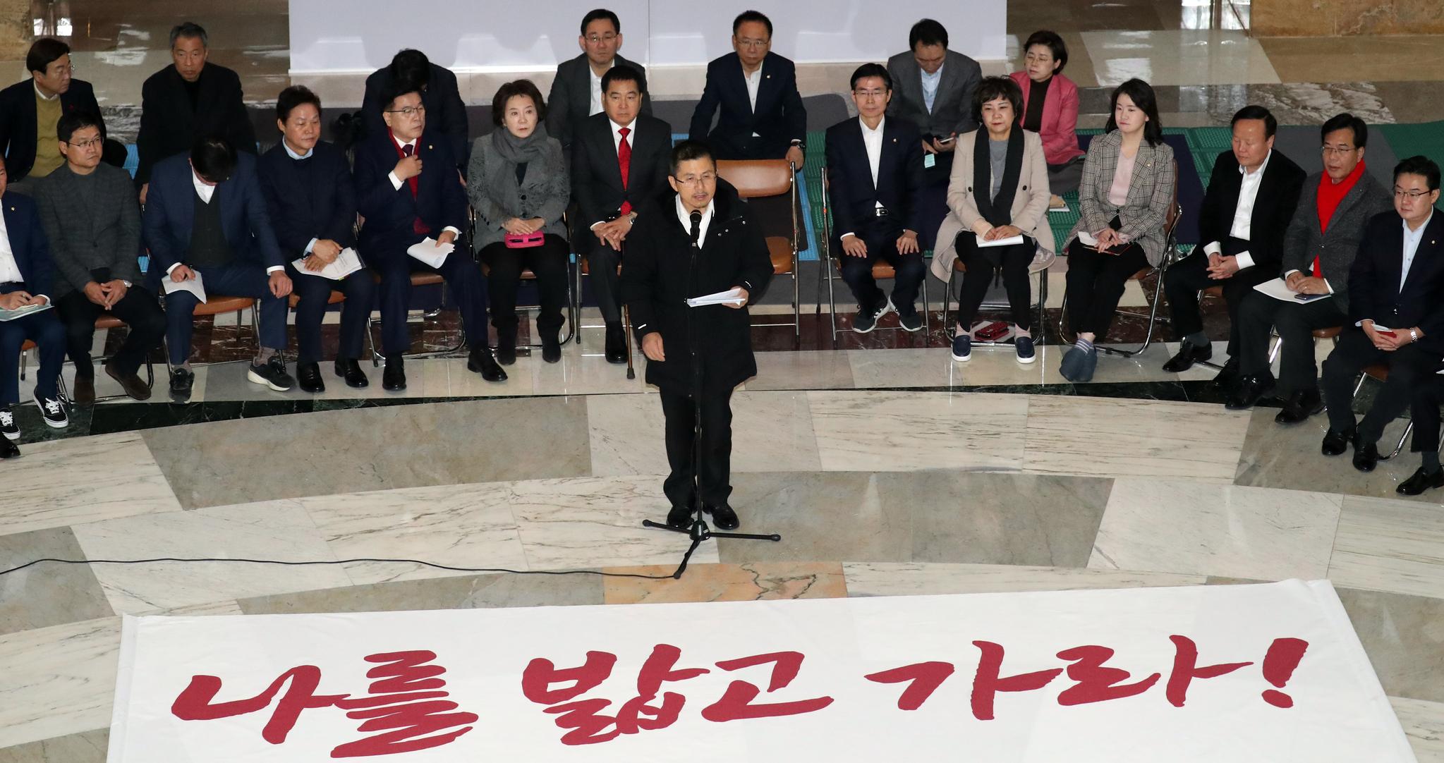 황교안 자유한국당 대표가 12일 서울 여의도 국회 본회의장 앞에서 열린 최고위원회의에서 모두발언을 하고 있다. [뉴스1]