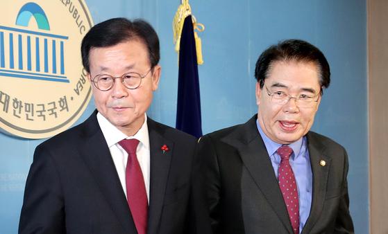 원혜영(左), 백재현(右). [연합뉴스]