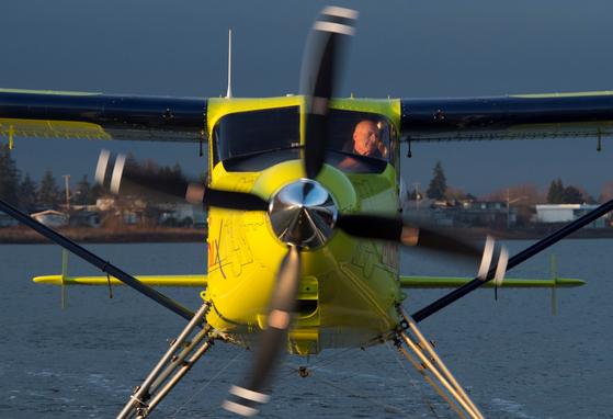 하버 항공의 CEO 그레이 맥도갈(62)이 세계 최초 전기 상용 비행기를 조종하고 있다. [AP=연합뉴스]