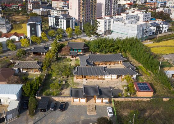 귀암고택 전경. 왼쪽 작은 건물이 고서가 보관돼 있던 농암정사다. [사진 백종하]