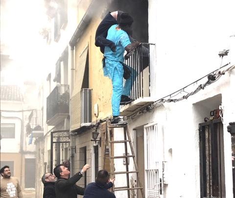 세네갈 불법체류자 고르기 라민 소우가 주민들과 함께 지난 6일 스페인 해변 마을 데니아의 화재가 난 2층 집에서 사람을 구하고 있다. [로이터=연합뉴스]