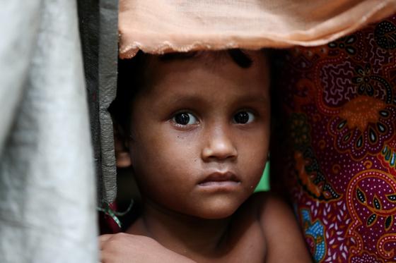 로힝야 난민촌의 아이. 로힝야 족에 대한 미얀마의 탄압은 국제적 비판을 받았다. [중앙포토]