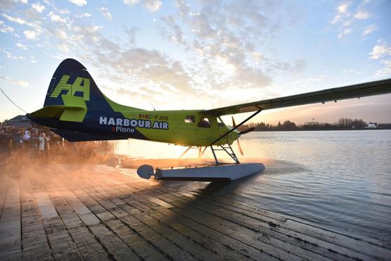 화석연료 필요없는 100% 순수 전기 상용 비행기인 매그니X사 수상 비행기가 10일(현지시간) 캐나다 벤쿠버 프레이저 터미날에서 시험 비행을 위해 이륙을 준비하고 있다. [AFP=연합뉴스]