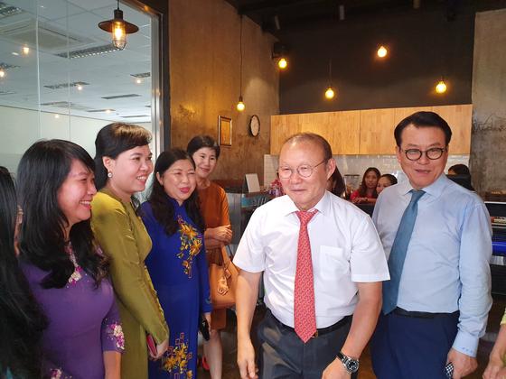 베트남 현지 행사에 함께 참석한 박항서 감독(오른쪽 두 번째)과 고상구 회장(맨 오른쪽). [사진 고상구]