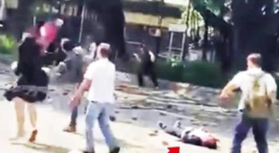 홍콩 시위대와 충돌 과정에서 벽돌에 맞아 쓰러진 70대 남성. [연합뉴스]