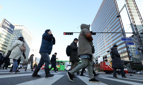 한파주의보가 내려진 12일 오전 서울 광화문네거리에서 출근하는 시민들. 강한 바람의 영향으로 초미세먼지 농도 '좋음' 수준의 깨끗한 하늘이 보인다. [뉴스1]