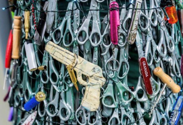 라트비아 빌뉴스 공항에 설치된 크리스마스트리. 종이로 만들어진 장난감 총이 눈에 띈다. [사진 트위터]
