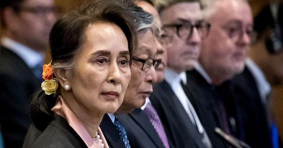 지난 10일 '로힝야 학살' 혐의 ICJ 법정에 변호인단장으로 출석한 수치 미얀마 국가고문. [AFP=연합뉴스]
