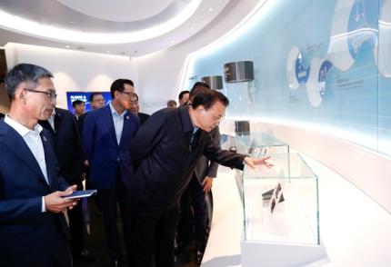 중국 리커창 총리 일행이 지난 10월14일 중국 산시성 시안의 삼성전자 반도체 공장을 시찰하고 있다. 리 총리는 이날 반도체 분야에서의 양국 협력 강화 의사를 시사했다. [사진 중국 정푸왕(政府網)]