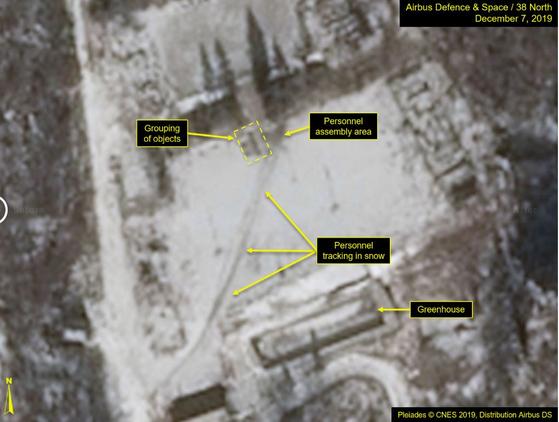 북한 풍계리 핵실험장 시설에서 차량이 지나간 흔적(가운데)과 사람의 발자국(위쪽)이 포착됐다고 미국의 북한전문매체 38노스가 11일(현지시간) 전했다. [사진 38노스]