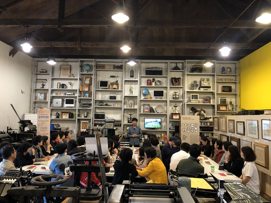 전북 완주군 삼례문화예술촌에 있는 책공방북아트센터에서 김진섭(53) 대표가 강의하고 있다. [사진 책공방]