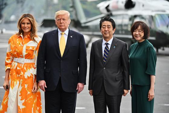 지난 5월 28일 도널드 트럼프 미국 대통령 부부(왼쪽)가 아베 신조 일본 총리(오른쪽 두번째) 부부와 함께 일본 해상자위대 호위함인 가가함에 승선해 기념촬영을 하고 있다. [EPA=연합뉴스]