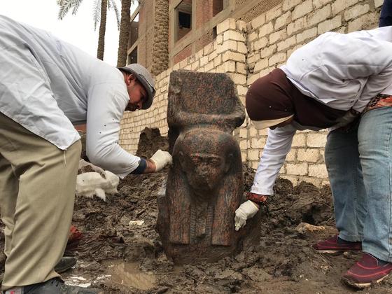 이집트 고대유물부 관계자들이 11일(현지시간) 기자 지역에서 발굴된 람세스 2세의 분홍색 화감암 동상에서 이물질을 제거하고 있다. [신화=연합뉴스] )