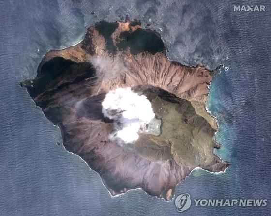 화산 분화가 일어난 뉴질랜드 화이트섬의 모습.[로이터=연합뉴스]