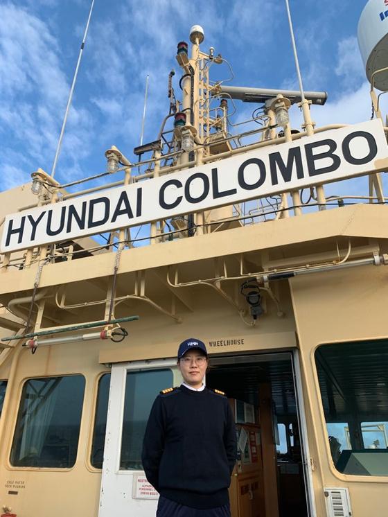한국 국적선사 첫 여성기관장인 고해연 기관장이 현대콜롬보호 브릿지에서 포즈를 취하고 있다. [사진 현대상선]