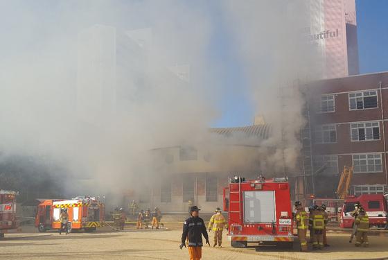 12일 오전 경북 안동시 한 초등학교에서 화재가 발생해 연기가 피어오르고 있다. [연합뉴스]