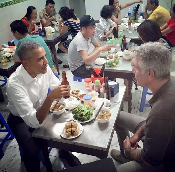 버락 오바마 전 미국 대통령이 지난 2016년 베트남 하노이에서 미국의 스타셰프 앤서니 부르댕과 분짜 저녁식사를 하고 있다. [앤서니 부르댕 트위터 캡처]