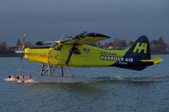 세계 최초 전기 상용 비행기가 10일 새벽 첫 시험 비행 이륙을 준비하고 있다. [AP=연합뉴스]
