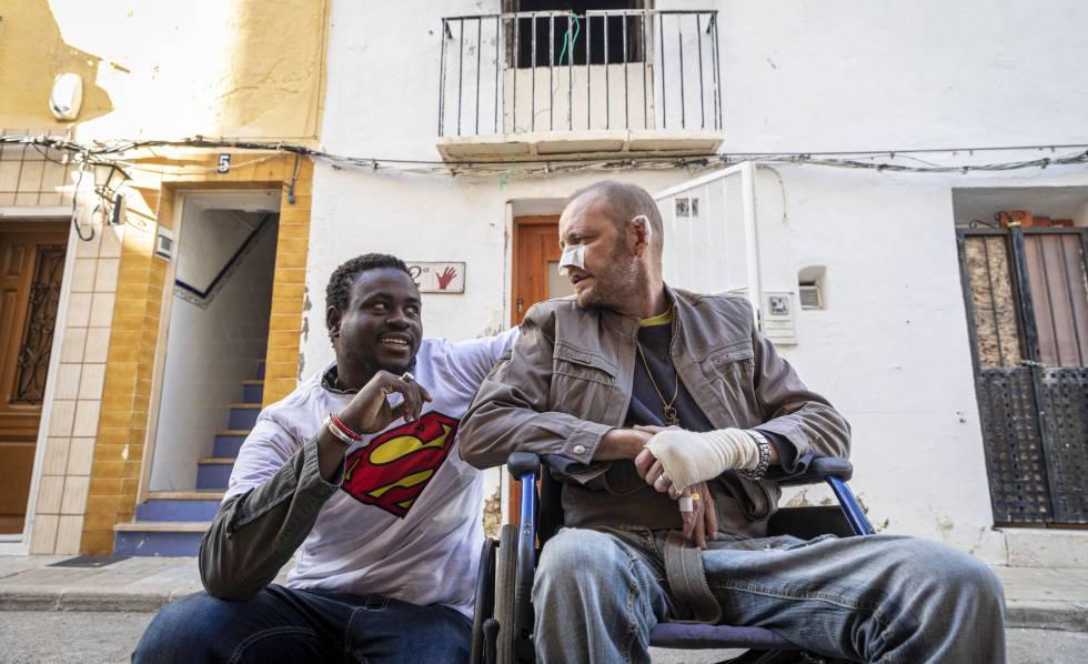 고르기 라민 소우(왼쪽)가 9일(현지시간) 그가 구한 카우델리가 선물한 슈퍼맨 티셔츠를 입고 이야기를 하고 있다. [사진 엘파이스]