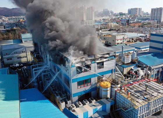 2일 오후 인천시 서구 석남동 한 화학물질 제조공장에서 불이나 연기가 치솟고 있다. 이날 화재로 직원 등 5명이 다쳤으며 진화작업을 벌이던 소방대원 1명이 부상했다. [연합뉴스]