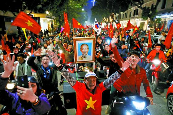 베트남 현지 길거리 응원에 등장한 태극기. [로이터=연합뉴스]