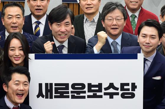 하태경 변화와 혁신 창당준비위원장, 유승민 인재영입위원장 등 참석자들이 12일 서울 여의도 국회에서 열린 비전회의에서 '새로운보수당' 당명을 공개하고 있다. [뉴스1]