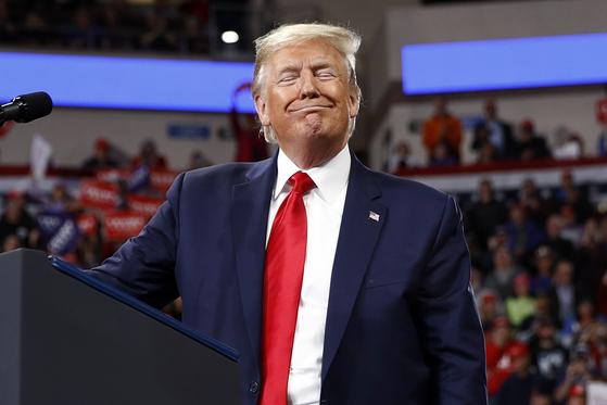 도널드 트럼프 미국 대통령이 지난 10일 펜실베니아주에서 연 유세에서 미소짓고 있다. [AP=연합뉴스]