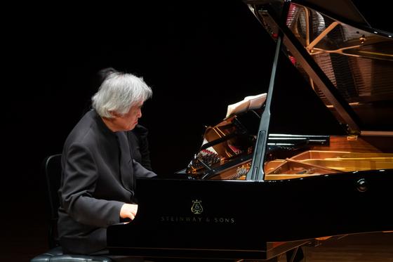 11일 쇼팽의 12곡을 연주한 피아니스트 백건우. [사진 빈체로]