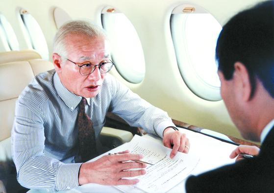 김우중 회장은 출장 비행기 안에서도 끊임없이 일했다. 영어로 연설해야 할 때면 원어민이 녹음한 원고를 비행기 안에서 계속 들었다. [사진 대우세계경영연구회]