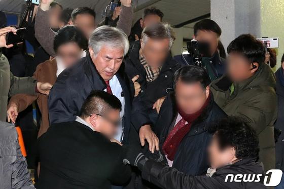 전광훈 목사가 12일 서울 종로경찰서에서 집회 및 시위에 관한 법률 위반혐의로 조사를 받은 뒤 경찰서를 빠져나오고 있다. [뉴스1]