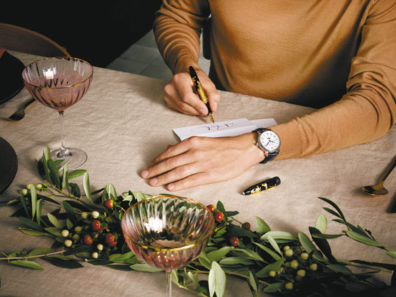 몽블랑이 연말연시를 맞아 선물 아이템을 추천한다. 이 중 몽블랑 워치를 대표하는 베스트셀러 '스타 레거시 풀 캘린더'는 로마숫자 다이얼로 리뉴얼해 클래식한 매력을 강조했다. [사진 몽블랑]