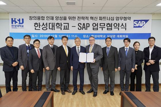 한성대-SAP 업무협약식 단체사진.