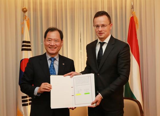 단국대 김수복 총장(왼쪽)과 페테르 시야르토 헝가리 외교통상부장관(오른쪽)이 협약 후 기념촬영을 했다.