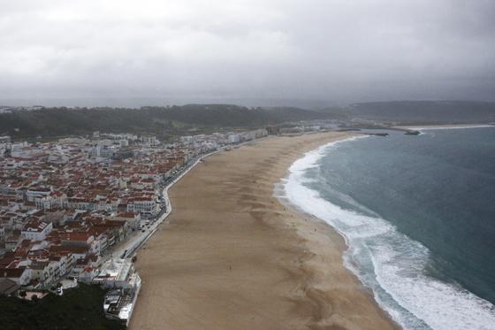 넓고 긴 모래사장, 반달 모양의 웅장하고 하얀 모래가 눈부신 해변 나자레. [사진 권지애]